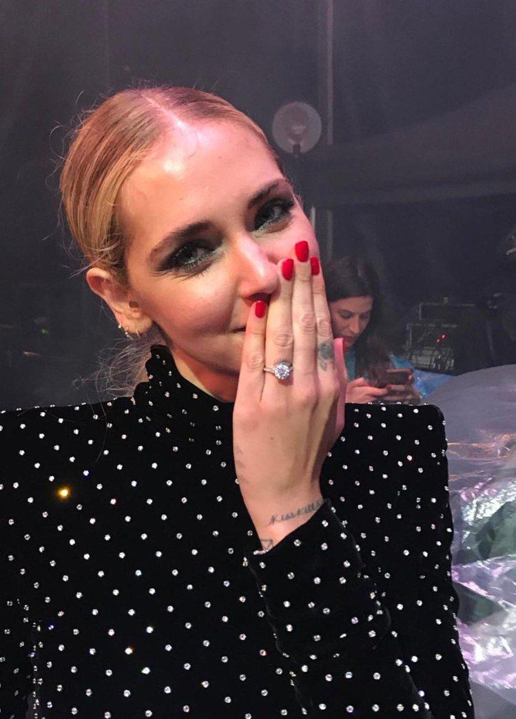 Chiara Ferragni收到Fedez精心準備的超大顆鑽戒。圖/擷自ins...