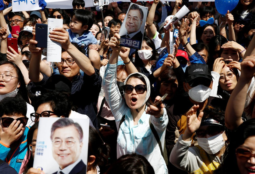 除了死忠擁護追逐的鐵票選民,這次不少南韓民眾,選擇因自己對各種情況的判斷,隨時變...