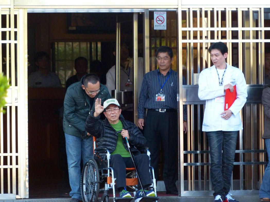 2015年1月前總統陳水扁保外就醫,在兒子陳致中陪同下離開台中監獄。 圖/聯合報...