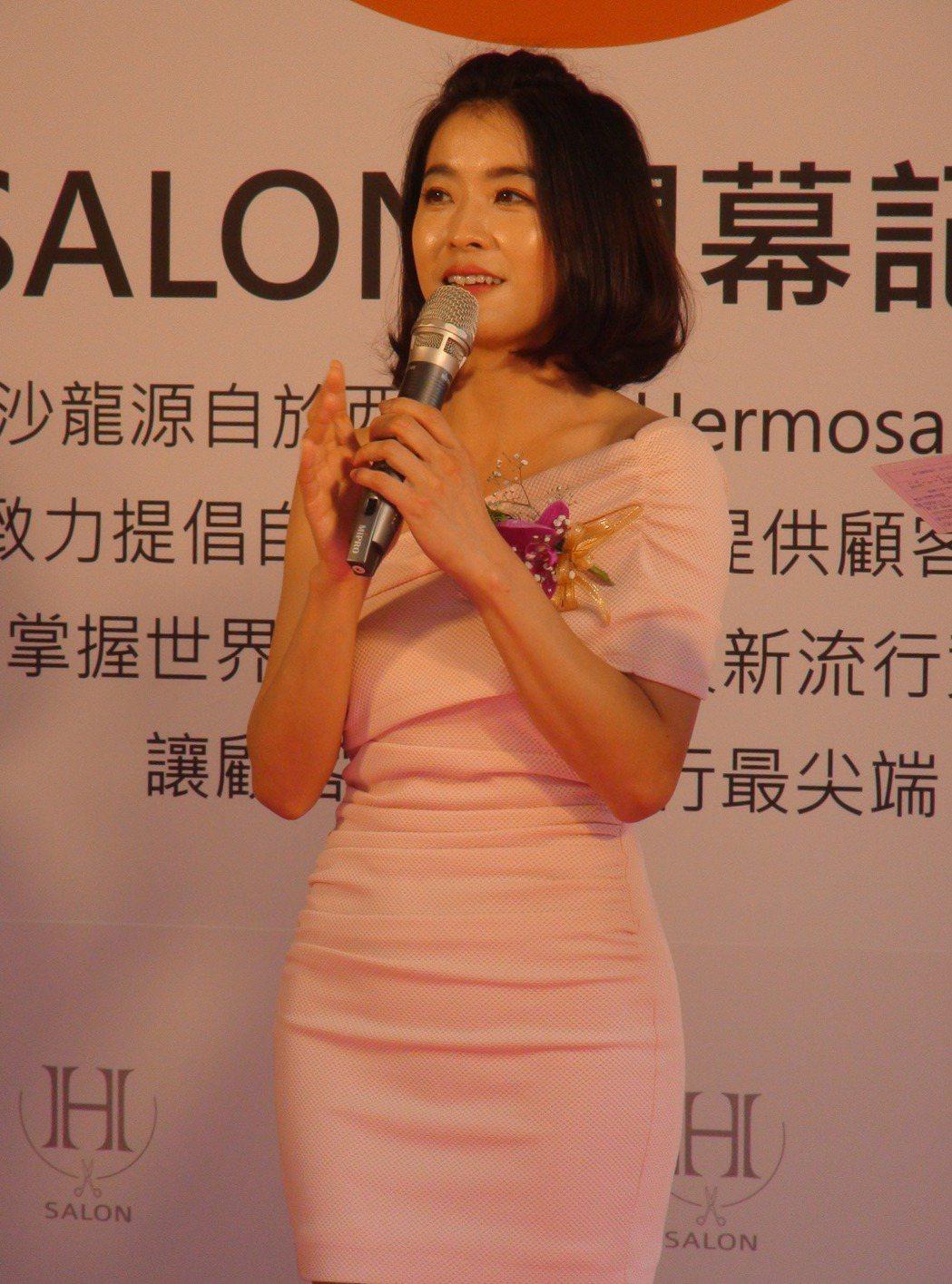 藝人小嫻最近新剪了一頭俏麗短髮,她昨天下午出席台中一間髮廊開幕,現場分享她護髮的