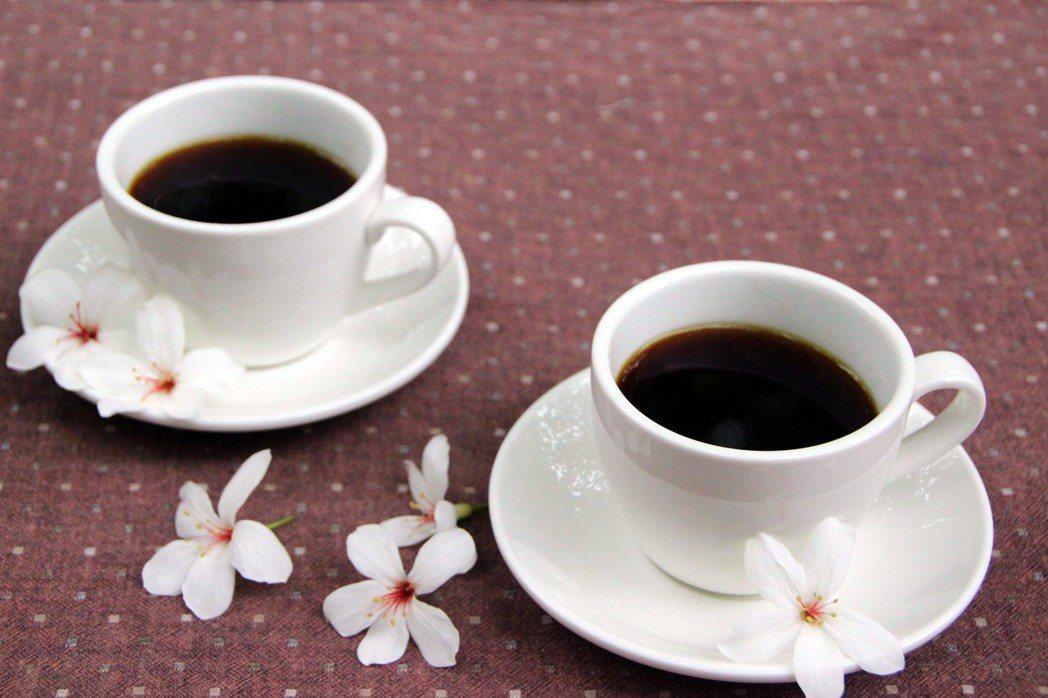 黃姓咖啡攤車業者,連續3年在桐花樹下做生意。記者林敬家/攝影