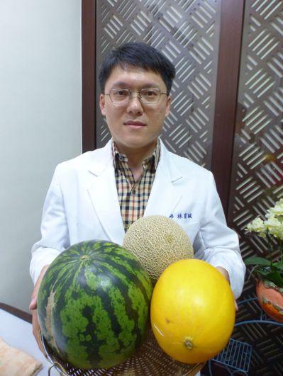 中醫師林育誠建議,民眾吃瓜果要適量。記者趙容萱/攝影