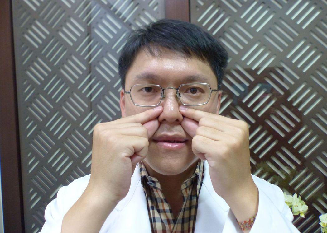 中醫師林育誠建議,起床會頻打噴嚏民眾,可先在棉被裡按壓迎香、鼻通二個穴位。記者趙...