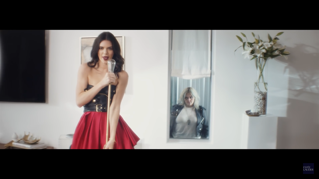Kendall因為唇膏得到Elle King的天籟美聲。圖/雅詩蘭黛提供