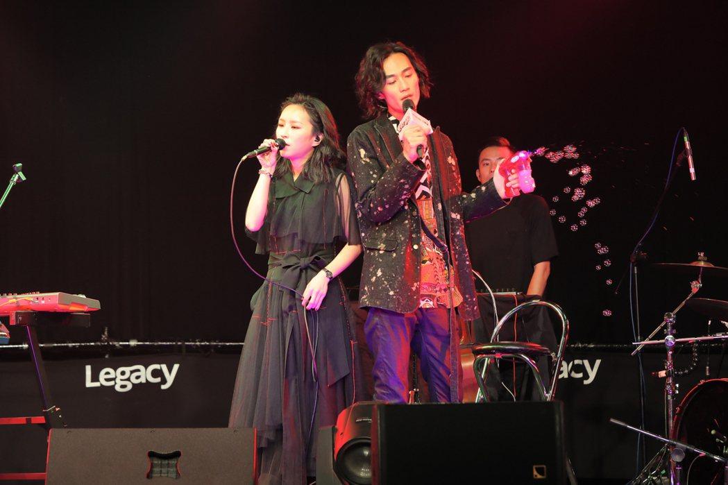 法蘭黛樂團日前開唱,法蘭與合作的李英宏合唱。圖/非常棒提供