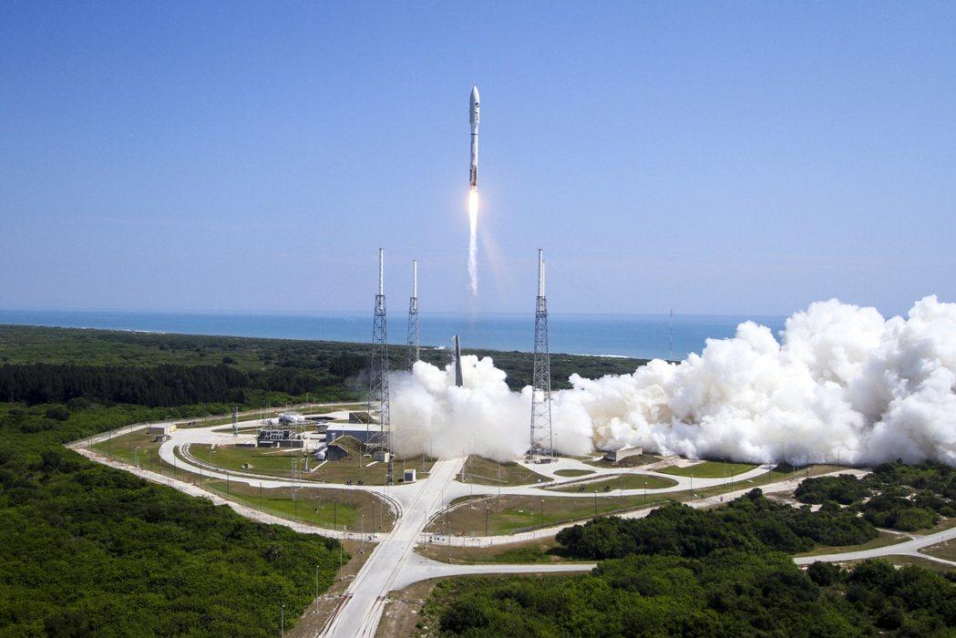 X-37B 2015年5月在卡納維爾角空軍基地,由擎天神5號火箭搭載發射升空。圖...