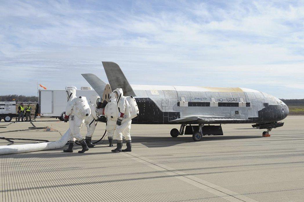 X-37B像縮小版的太空梭。圖/路透