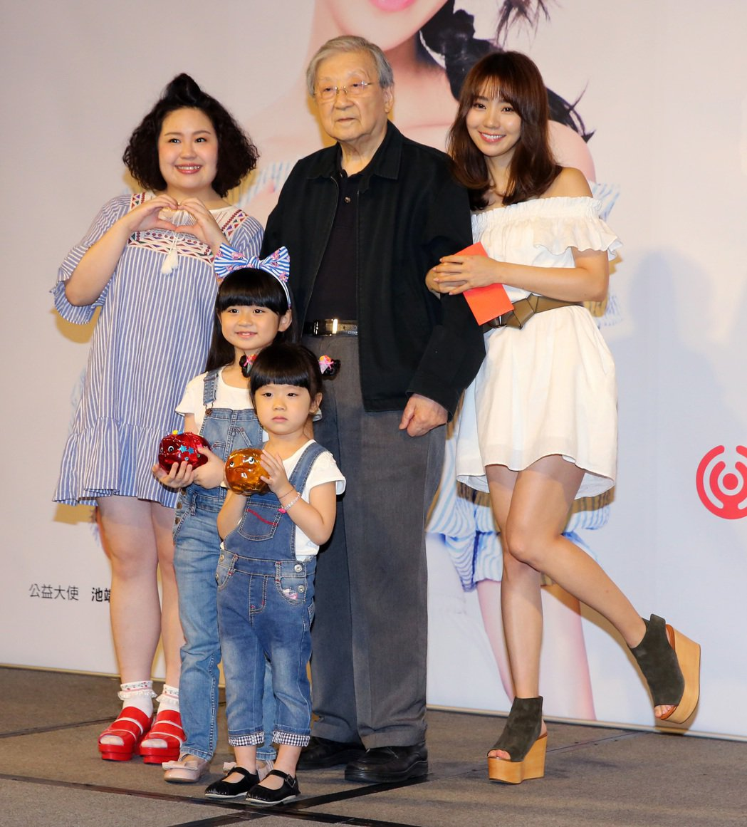 導演李行(後中)、日本超模歌手池端玲名(後右)、「大文」郭文頤(後左)、童星許萱...