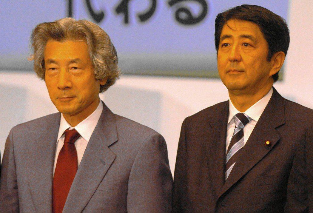 在日本要成為首相,先要競選成為眾議員。圖為2006年首度拜相的安倍晉三(右)與前...