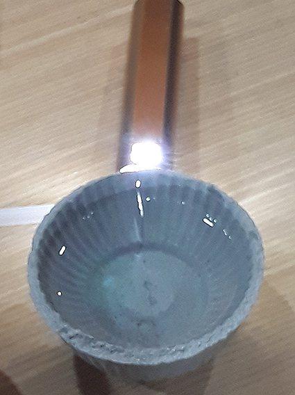 Gold購的無機防水水泥更具柔韌性(橫向變形能力),即使破的碗(有白色光線處)也...