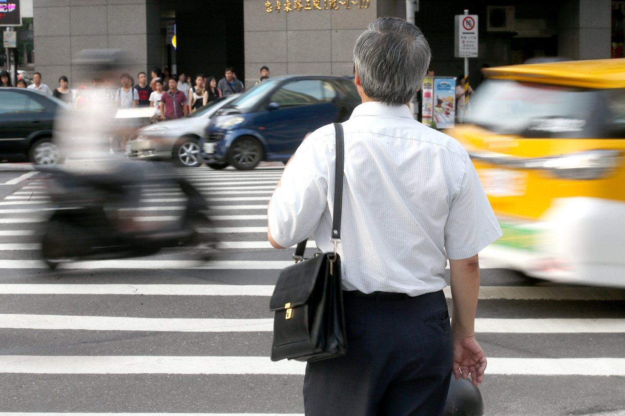 網友在mobile 01論壇問說,中年沒工作,光靠利息過生活好嗎? 報系資料照