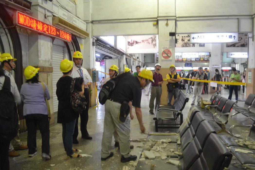 台南火車站大廳天花板崩落,文化部文化資產處會同台南市文化局、台鐵人員會勘。 本報...