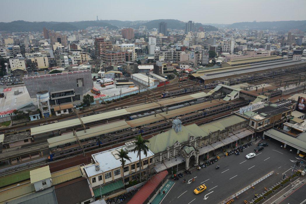 新竹火車站建於1913年,整修後屋頂改用彩色鋼板,戴上鐵皮帽,有人稱「戴綠帽」。...