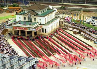 高雄舊火車站遷移可能是國內規模最大的建物整體遷移,所以舉行拉繩子活動,只能做做樣...