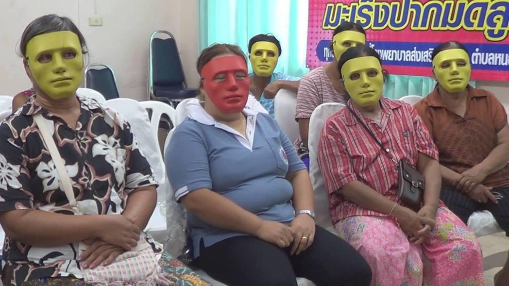有網友認為戴口罩就夠了,或是換成迪士尼公主系列的面具,受檢婦女應會更開心,否則很...