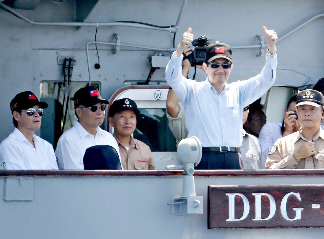時任總統馬英九登上紀德級「左營」艦親自校閱。 記者 余承翰/攝影