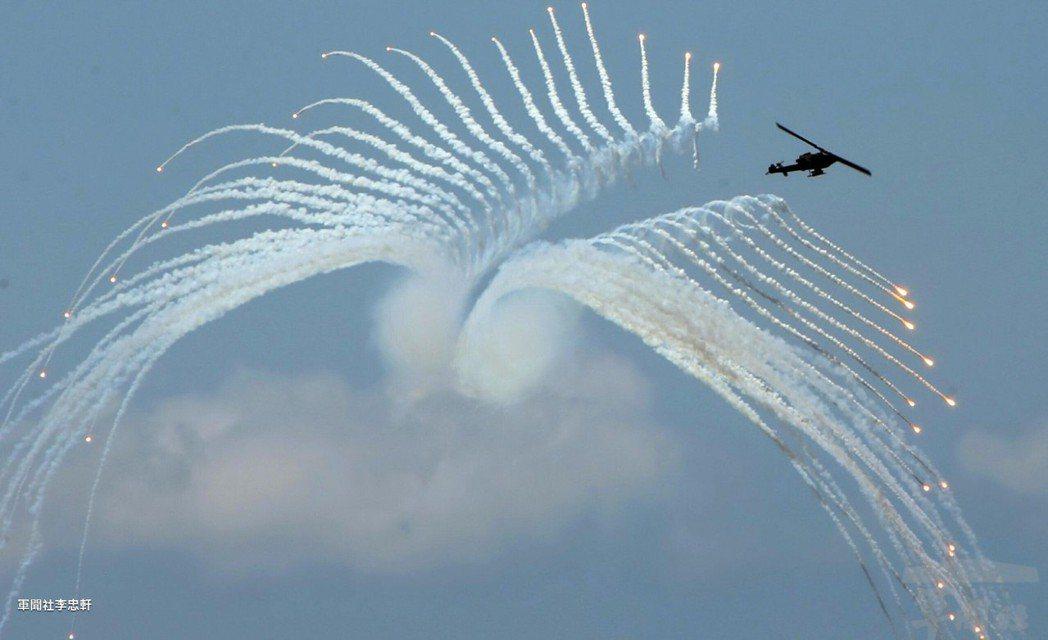 陸航AH-1W眼鏡蛇攻擊直升機9日在澎湖五德海域,對海面進行射擊後,隨即發射熱燄...