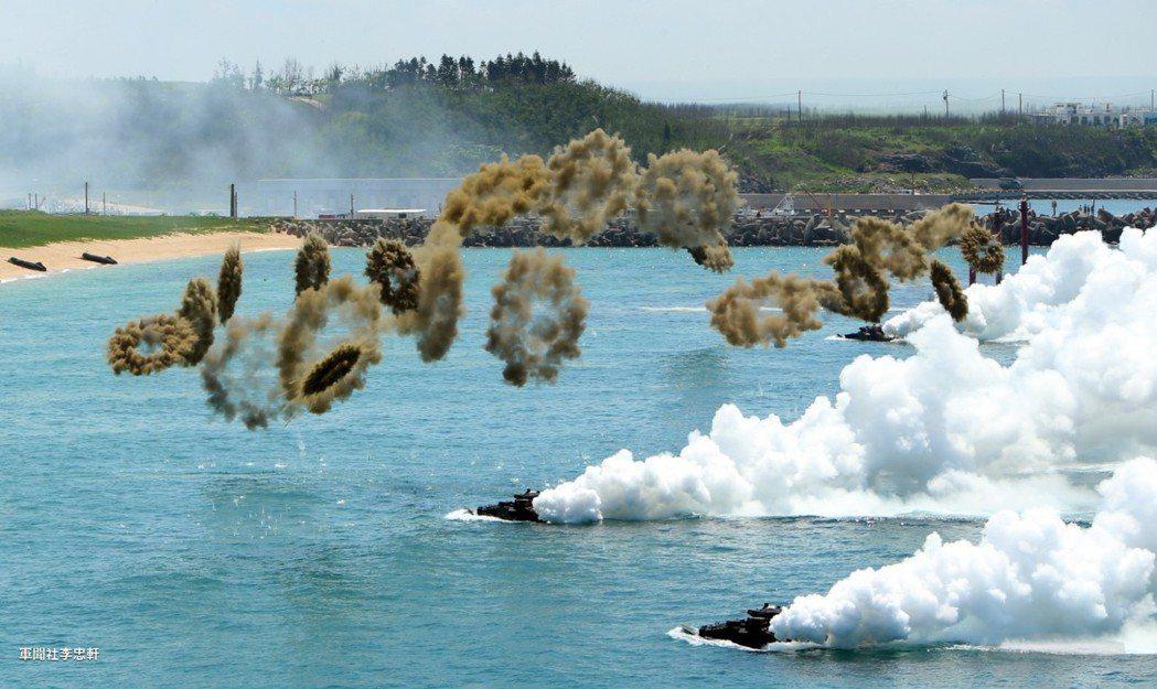 海軍陸戰隊登陸戰車大隊9日在澎湖山水海灘演練登陸作戰,AAV7兩棲突擊車發射煙幕...