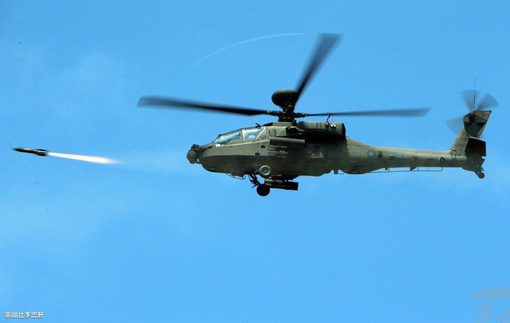 陸航AH-64E阿帕契直昇機9日在澎湖五德海域上空,發射地獄火飛彈,模擬對進犯敵...
