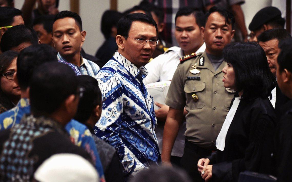 被指控褻瀆《古蘭經》經文的印尼雅加達省省長「阿學」鍾萬學,9日遭法院判決有罪:除...