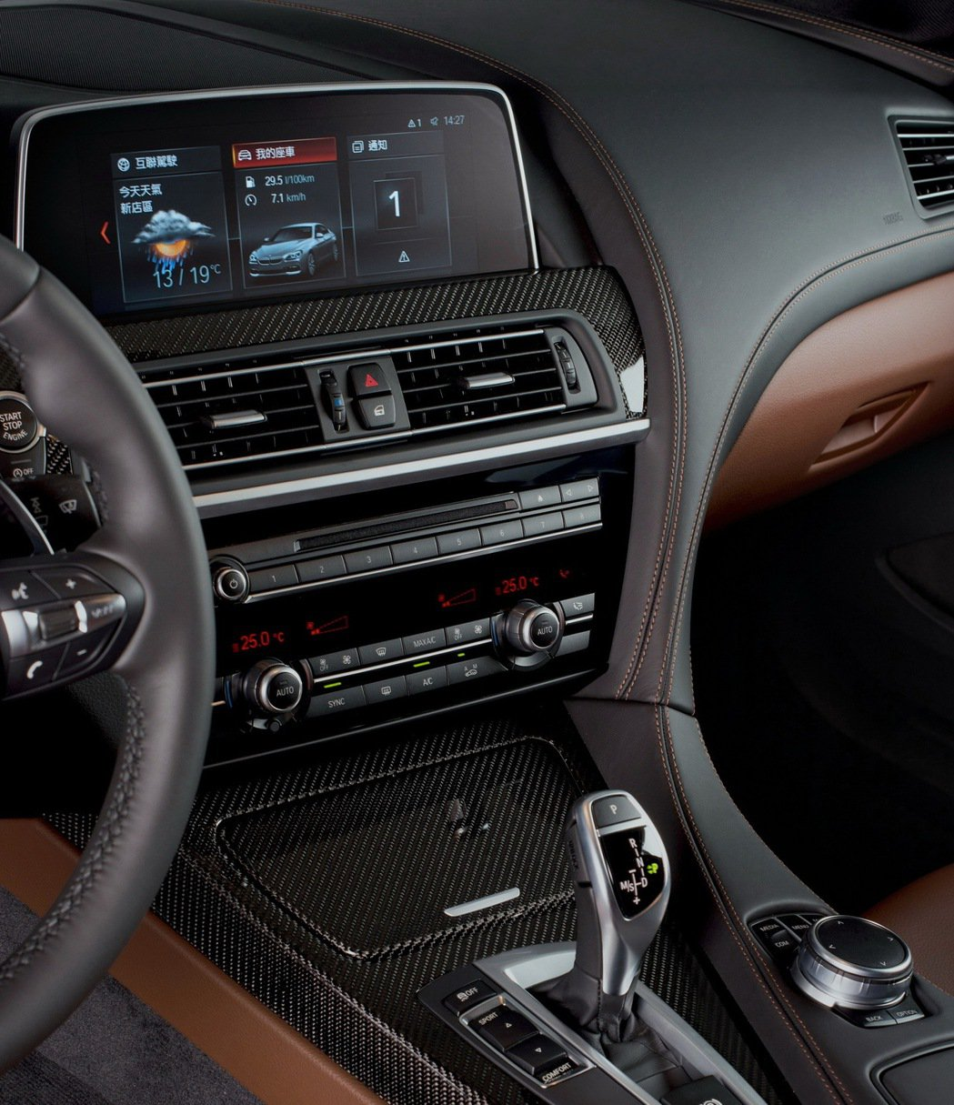 BMW 640i Gran Coupe M Sport 以碳纖維飾板打造性能氛圍 並搭載iDrive 6.0操控介面。 圖/汎德提供