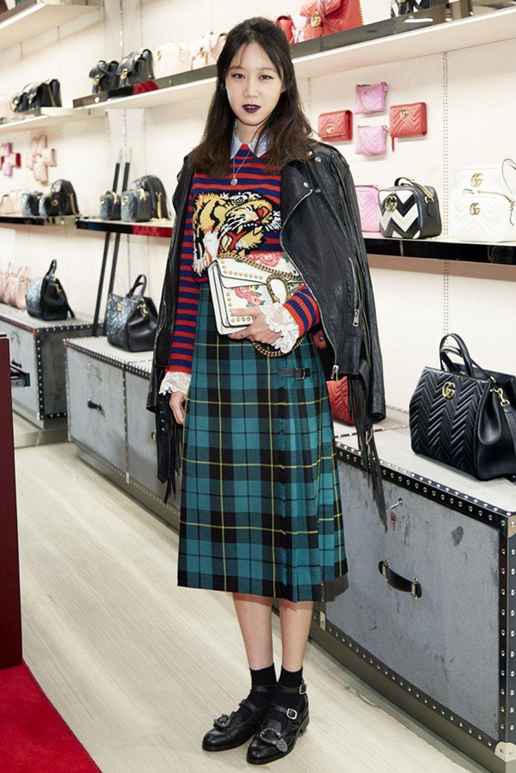 孔曉振以整身的Gucci出席品牌活動,挑選2017春夏服裝搭配皮涼鞋。圖/擷自t...