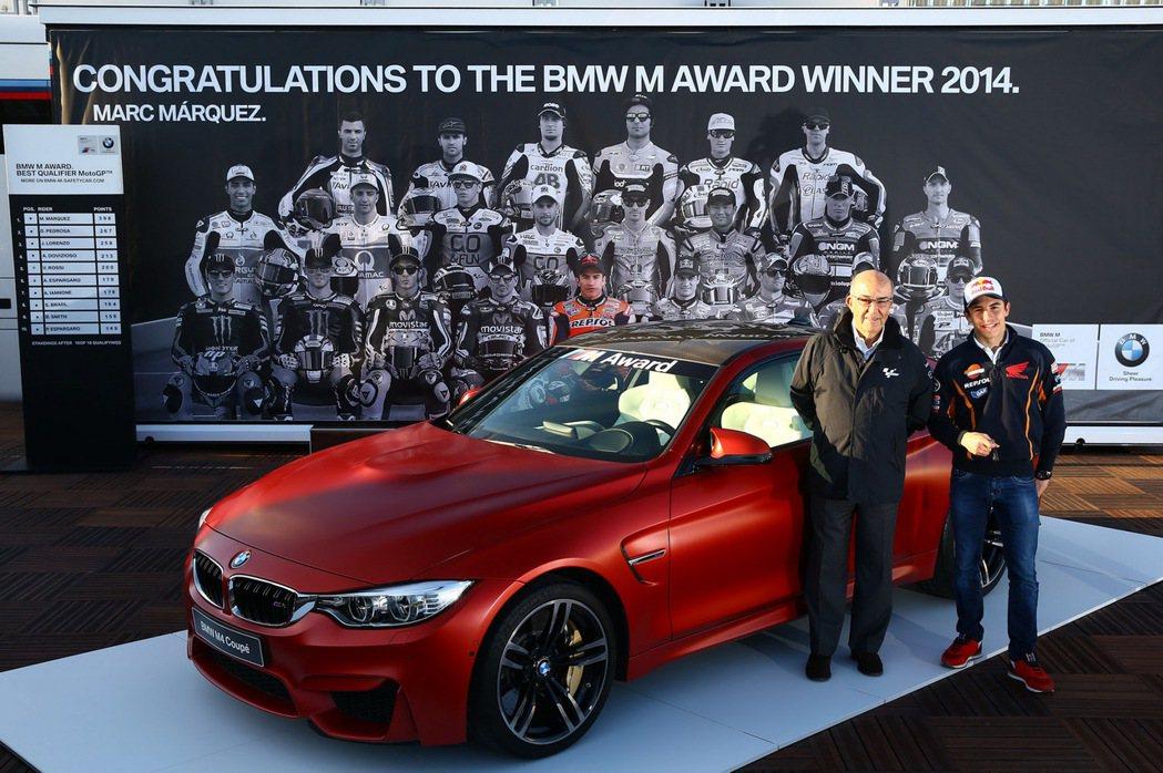 「MM93」Marc Marquez 包辦近四年來的 BMW M Award 年度桿位獎,圖為 2014 年獲獎的消光紅 M4。 摘自 Carscoops