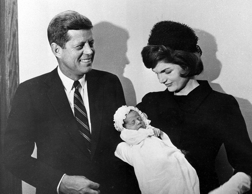 1960年美國前總統甘迺迪夫婦和剛出生的兒子合影。 (美聯社資料照片)