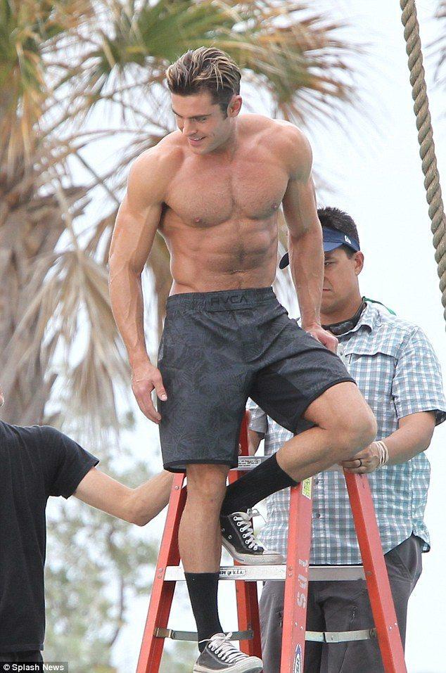 柴克艾福隆在「海灘救護隊」以猛男姿態登場。圖/摘自imdb