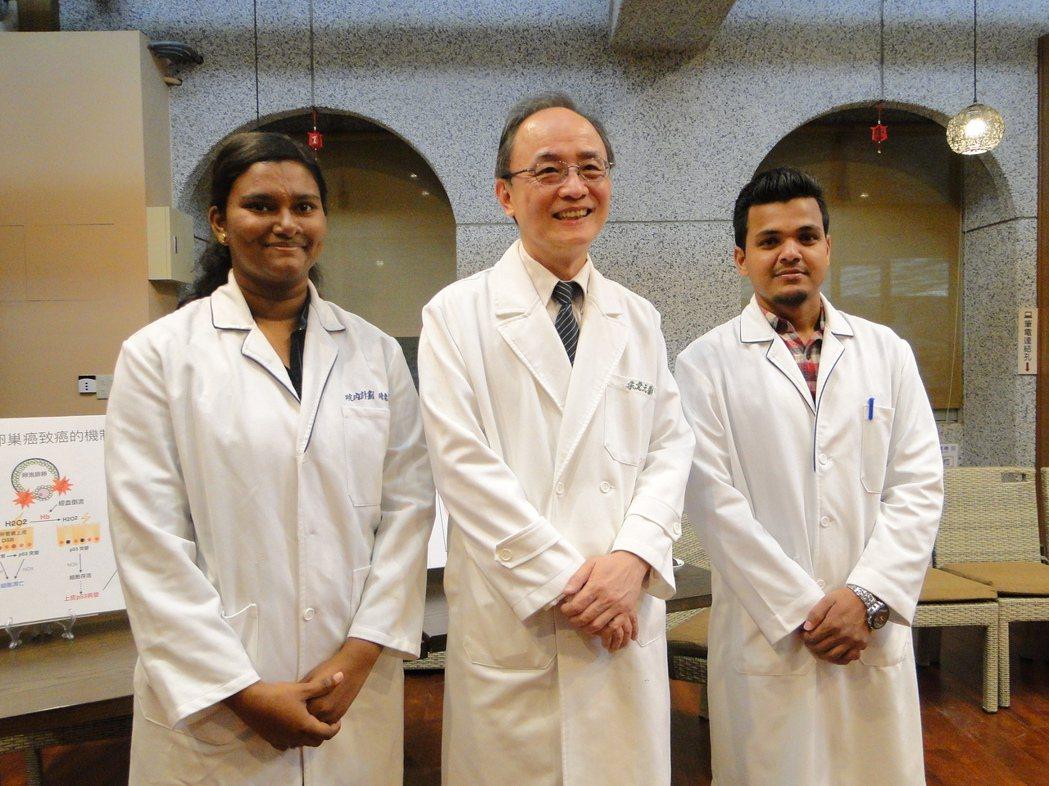 花蓮慈濟醫院婦產部主任朱堂元(中)感謝研究團隊成員印度籍的ANN(左)與尼泊爾籍...