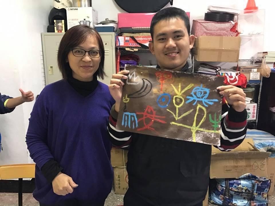 海淳、媽媽與他的畫。 圖/呂蓮華老師提供