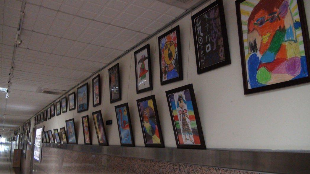 自閉症適應體育休閒促進會在三軍總醫院為星兒舉辦畫展。記者羅真/攝影