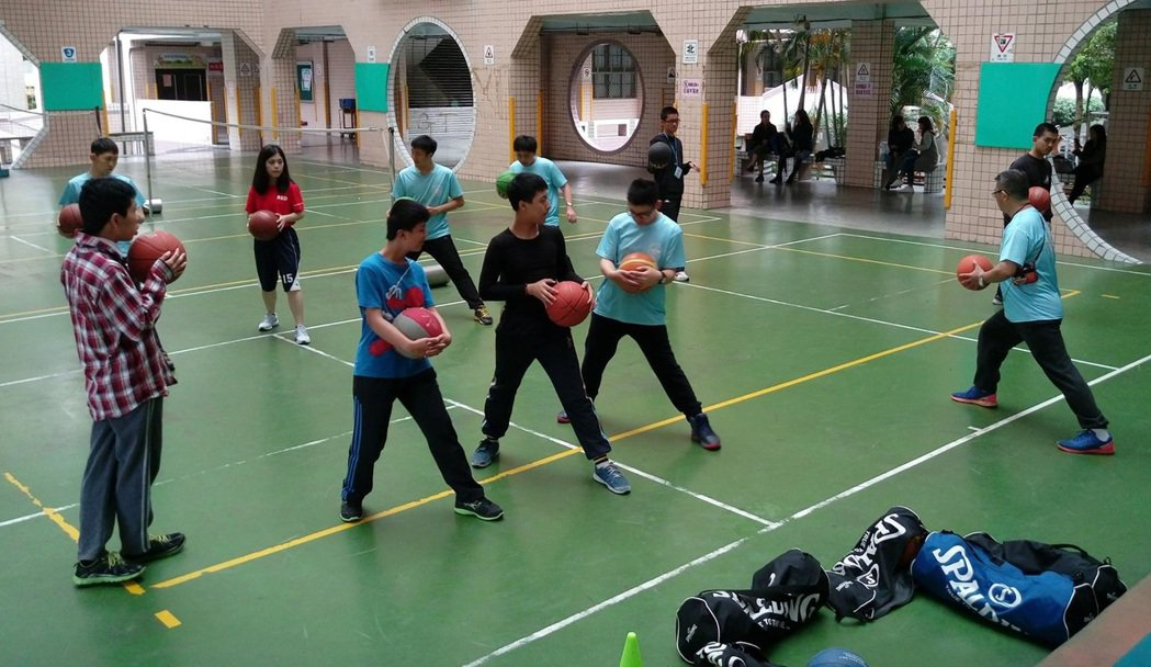 星兒家長自主成立社團,3至4名孩子分攤一位體育或美術老師的鐘點費、減輕負擔,教室...