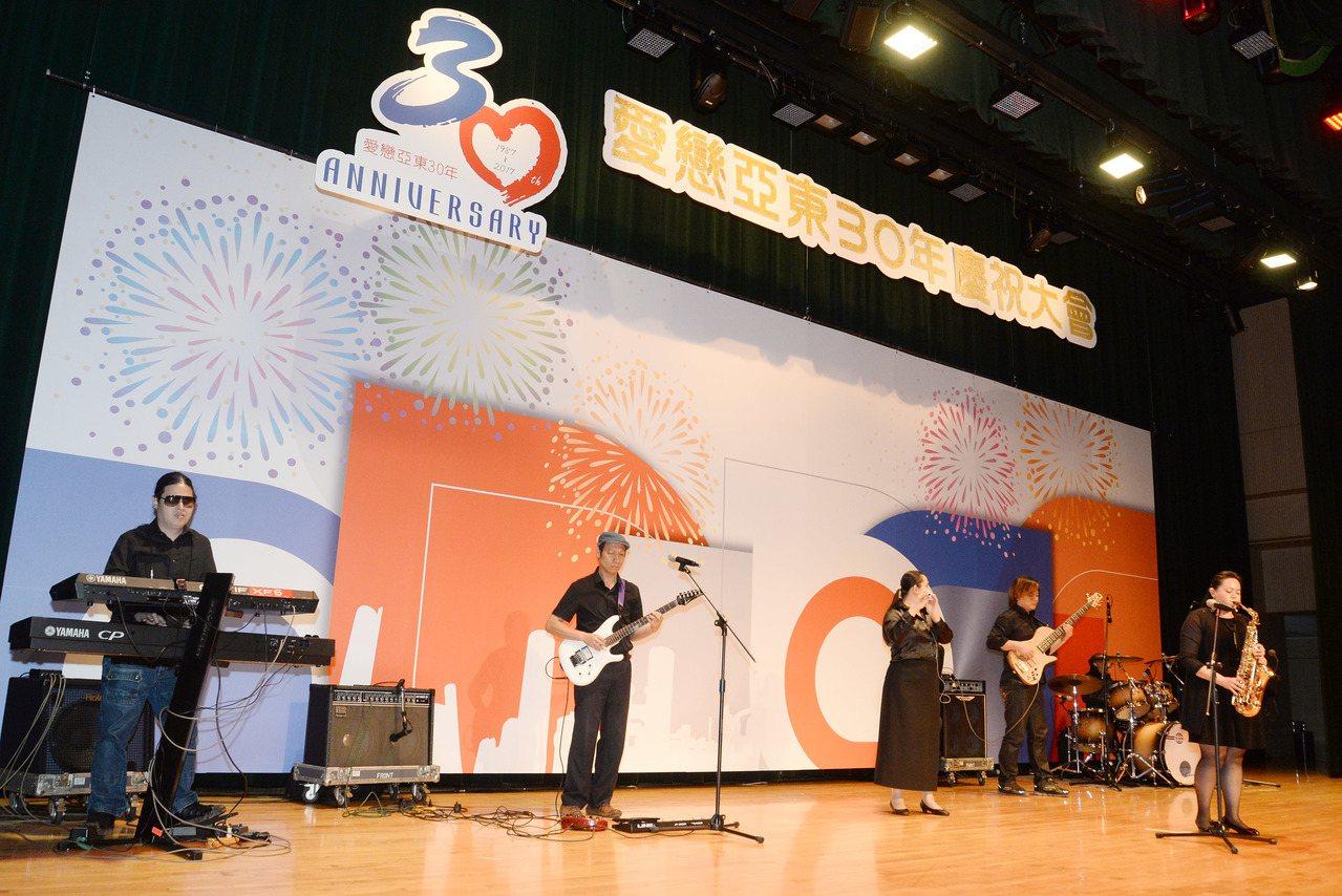亞東工業氣體也響應文化基金會公益平台,邀請「瞽聲街藝走唱團」身障音樂家團體演出,...
