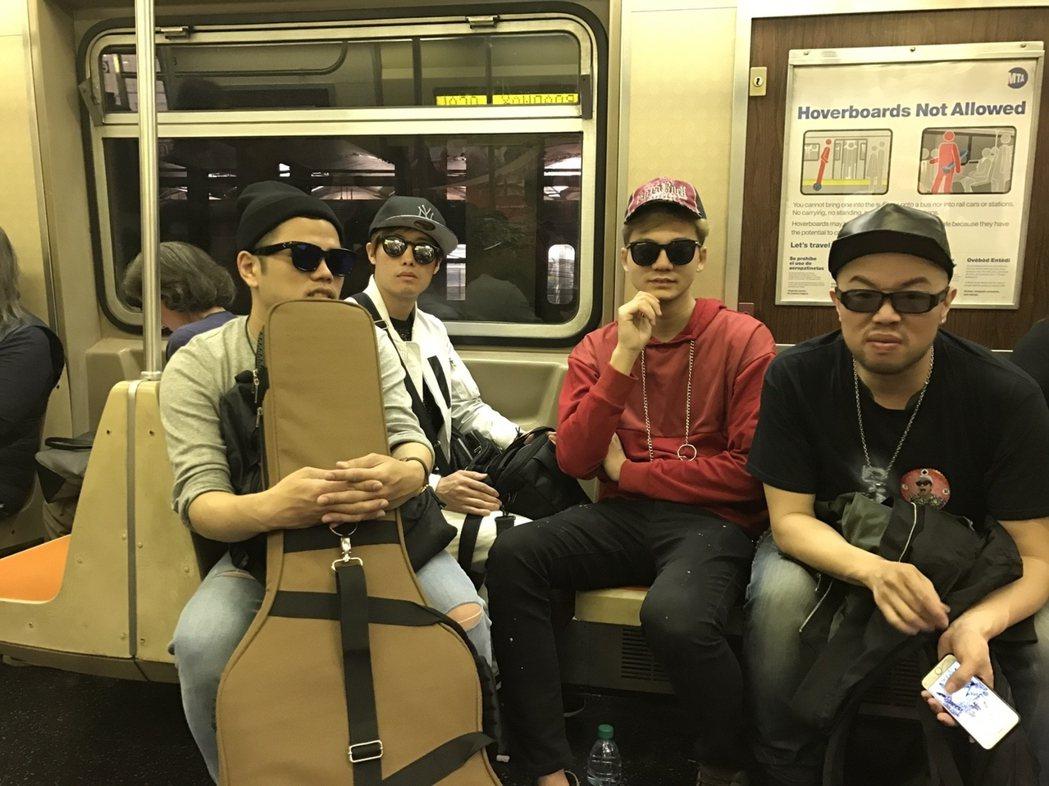 「張三李四」搭紐約地鐵。圖/新視紀整合行銷提供
