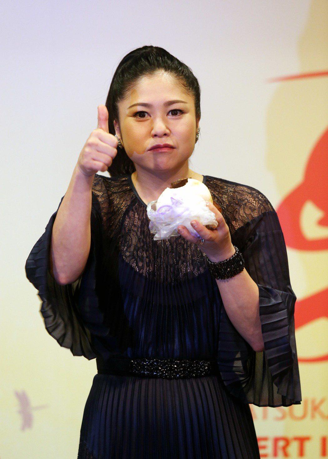 夏川里美在造勢記者會中,面對鏡頭前大口吃美食,還比了個讚。記者邱德祥/攝影