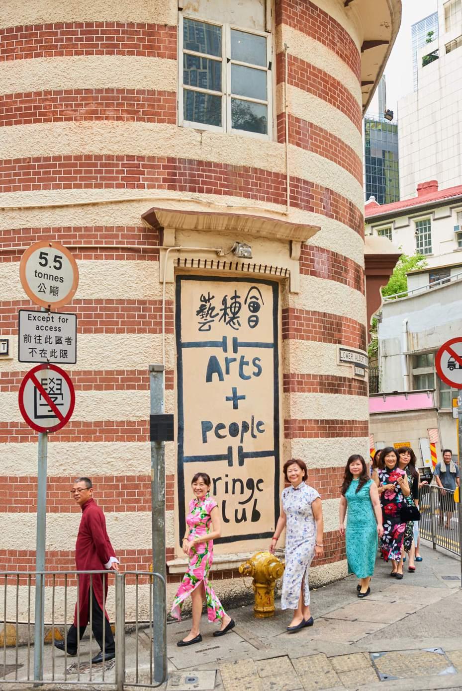 舊城中環的新體驗─穿旗袍漫步舊中環,穿梭在石板街、石牆樹還有塗鴨藝術前拍照,彷彿墜入香港舊時光。圖/港旅局提供