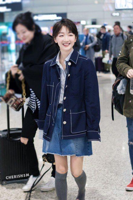 周冬雨的長筒襪造型,學生味十足。圖/摘自微博