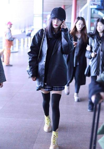 楊冪在機場以長筒襪現身,有如搖滾少女。圖/摘自微博