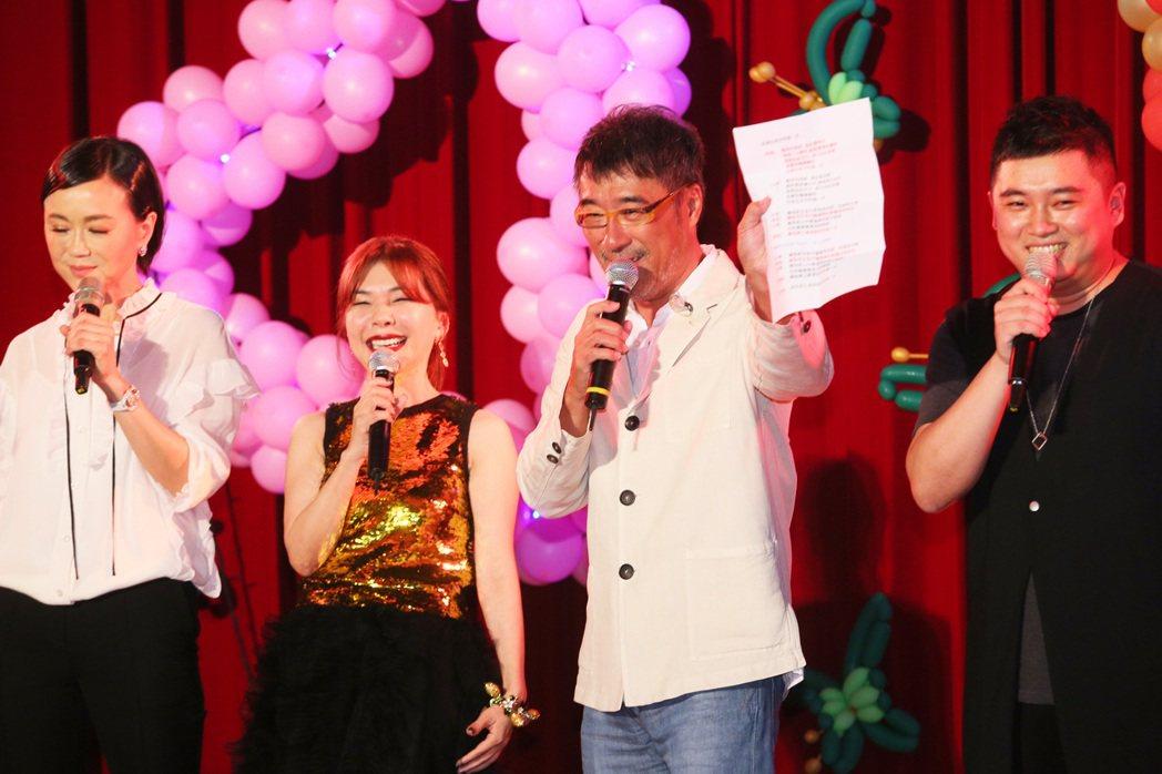 張清芳(左二)慈善義演晚上在北投振興醫院舉行,為醫護人員打氣,李宗盛與ALIN都...