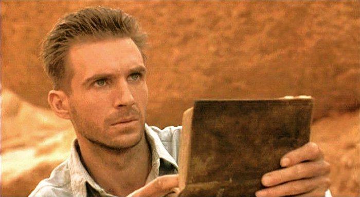 雷夫范恩斯在「英倫情人」帥氣迷人。圖/摘自MovieBoozer