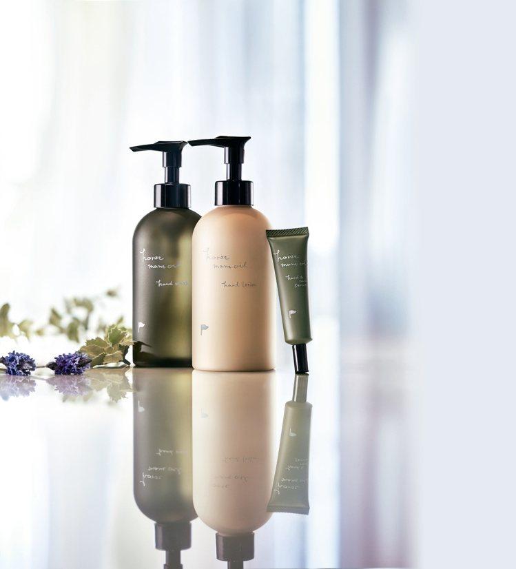獨家產品—阿蘇馬鬃油護手美容液、乳液、洗手乳。圖/@cosme提供