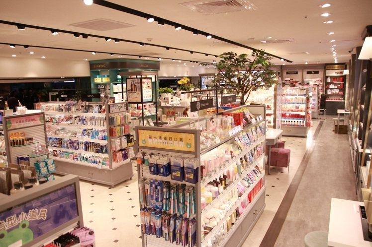 微風台北車站店內商品中島區。圖/@cosme提供