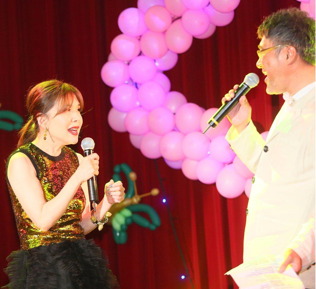 張清芳慈善義演晚上在北投振興醫院舉行,為醫護人員打氣,ALIN先唱「大大的擁抱」...