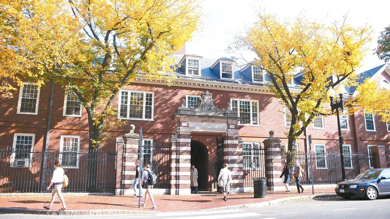 哈佛大學的校門不少,但我最喜歡從這裡進出,舒爽的秋天,是一年中最美麗怡人的時節。...