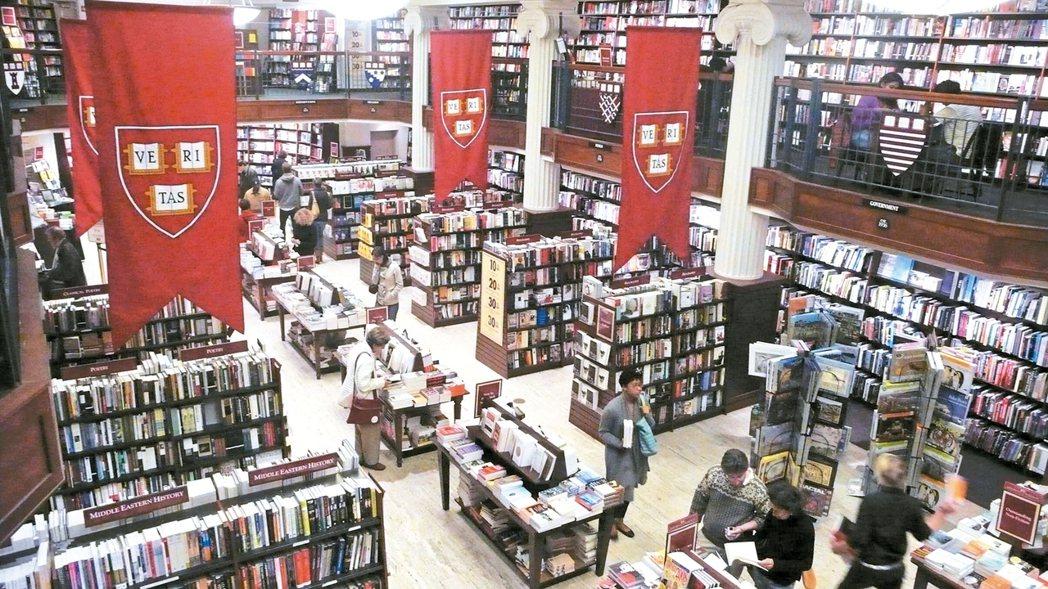 「哈佛合作社」中的圖書部,空間及書種極為壯觀驚人,書香濃郁,無怪乎是名門學府。 ...