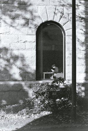 為了重版《哈佛瑣記》來到哈佛大學,我終於在圖書館的外頭,等到午後的陽光映射,拍下...