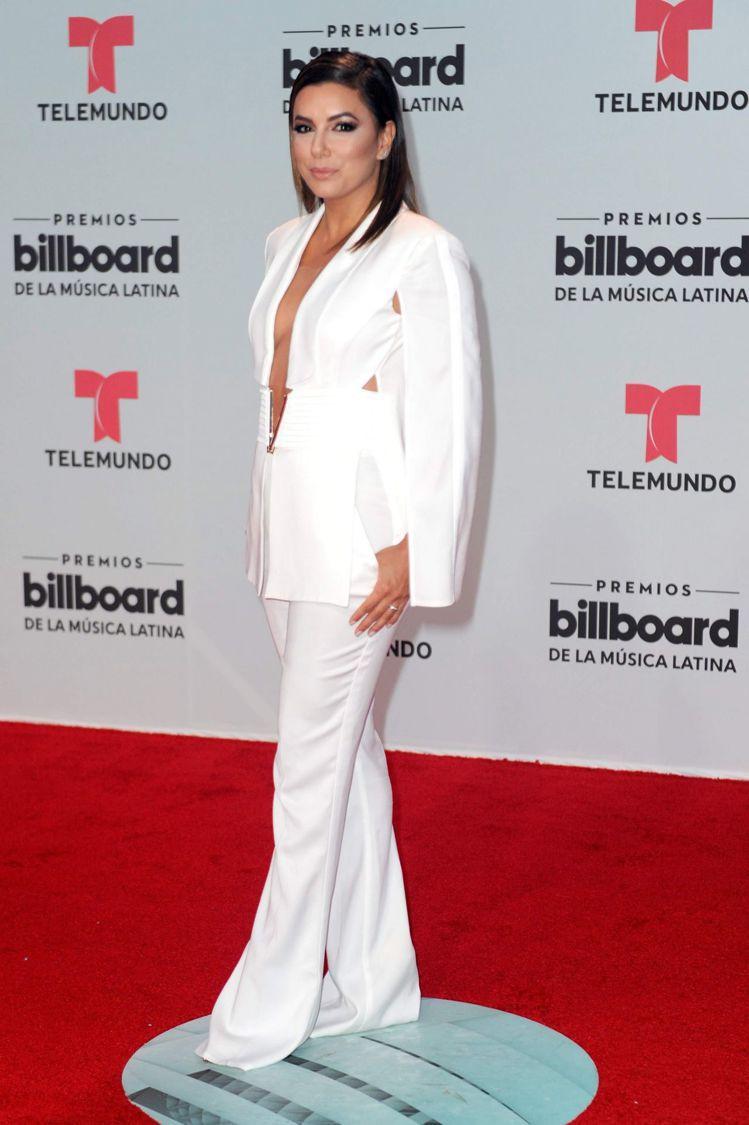 伊娃朗格莉亞則是穿著Elisabetta Franchi的白色西裝連身褲裝,深V...