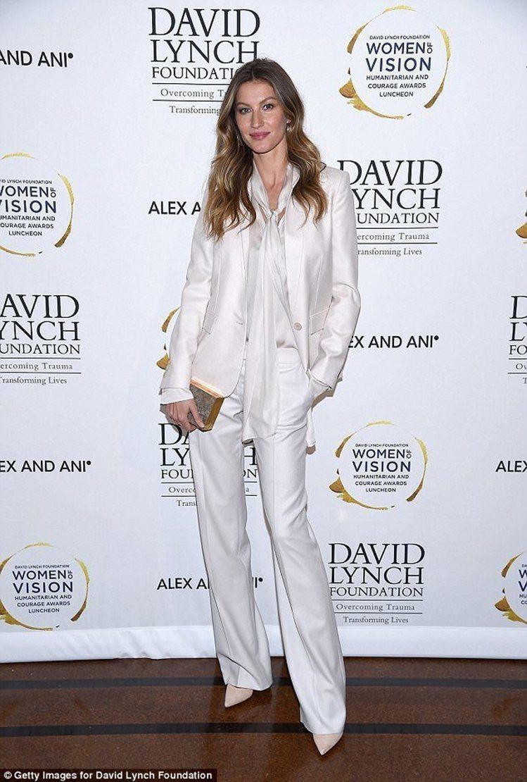 吉賽兒邦臣獲頒「年度女性洞察力獎」,以一身白色西裝褲裝出席頒獎典禮。圖/摘自英國...