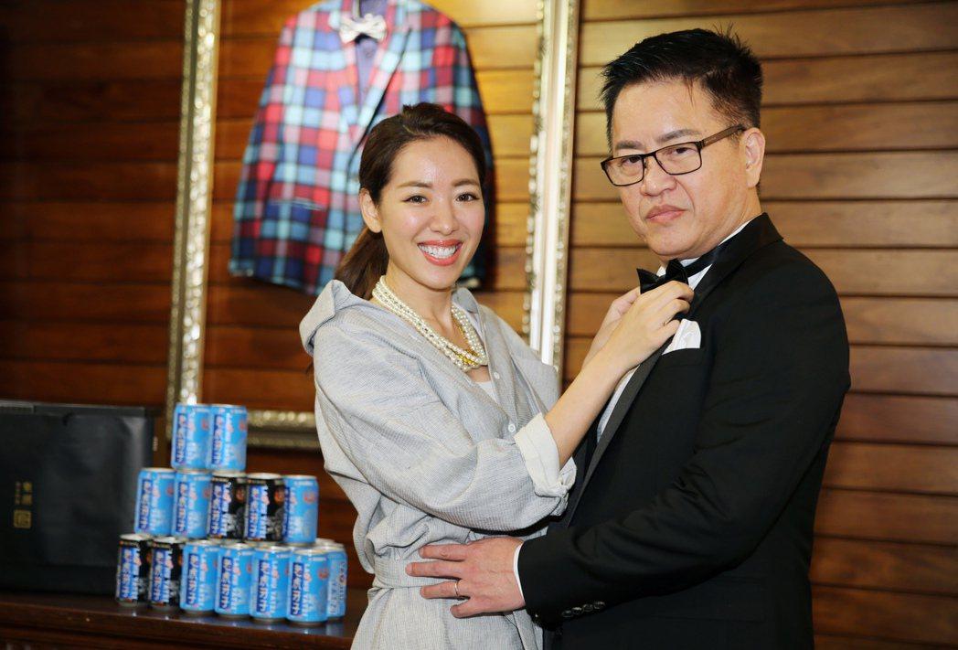 劉伊心下午陪同林志隆試穿婚宴禮服,兩人甜蜜合照時劉伊心幫林志隆調整領結。記者徐兆